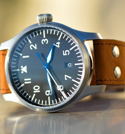 Montre-Stowa-Flieger-Klassik-40-logo-and-date-00