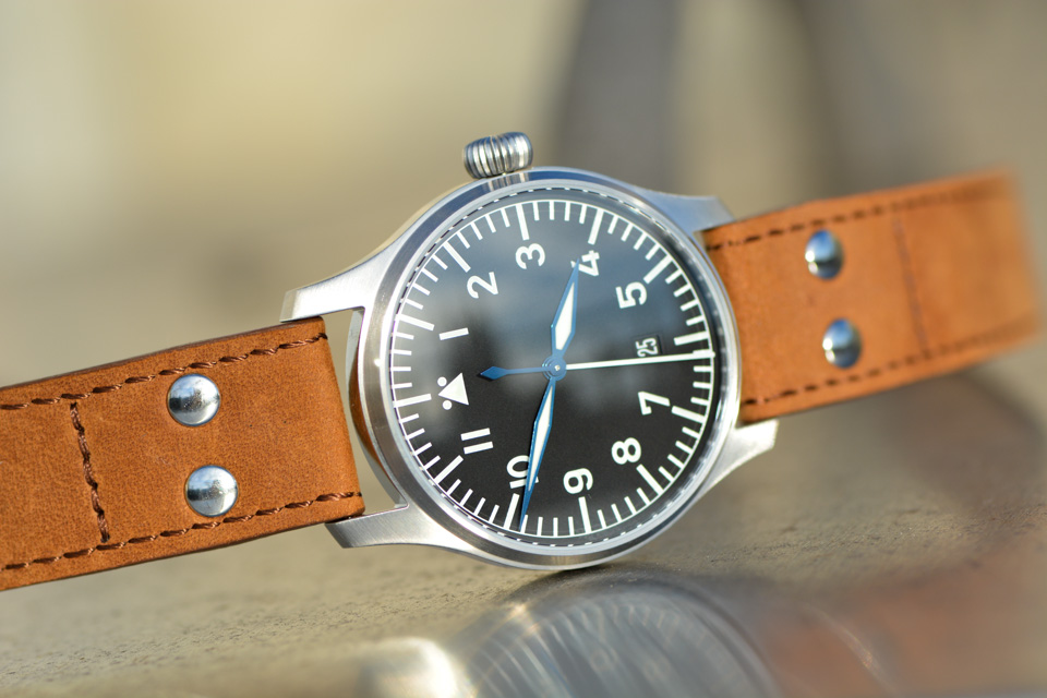 Montre-Stowa-Flieger-Klassik-40-logo-and-date-12